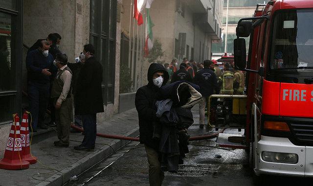 احتمال ریزش ساختمان وزارت نیرو که از روز گذشته دچار حریق شد
