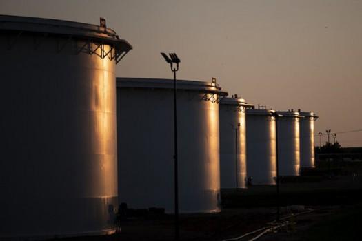 ونزوئلا روزانه ۷۰۰ هزار بشکه نفت صادر میکند