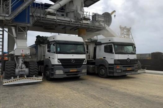 مشکل کمبود کامیون حمل کالای اساسی در بندر امام حل شد