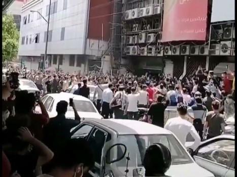 قطع برق پاساژ علاءالدین تهران باعث اعتراض کسبه شد